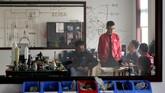 Para ilmuwan menghadiri pertemuan selama persiapan peluncuran uji coba roket LinkSpace. Lokasi pengembangan ini terdapat di Longkou, Shangdong, China. (REUTERS/Jason Lee)