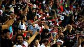 Kemenangan Rayo Vallecano dirayakan oleh suporter tuan rumah. (REUTERS/Javier Barbancho)