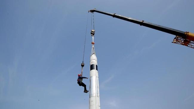 Salah satu pendiri LinkSpace Wu Xiaofei terlihat sedang melihat persiapan peluncuran uji coba roket LinkSpace. (REUTERS/Jason Lee)
