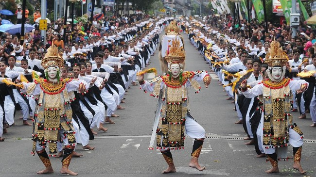 Tari Telek massal itu dibawakan di kawasan Catur Muka, Semarapura, Klungkung. Tari Telek kolosal ditampilkan oleh 2.019 orang penari. (ANTARA FOTO/Fikri Yusuf)