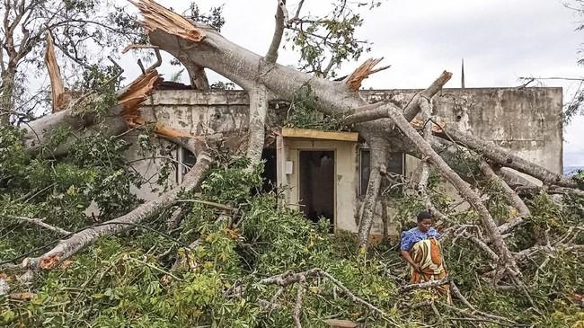 Rakyat Mozambik kini perlahan mulai membenahi tempat tinggal mereka yang hancur diterjang Badai Kenneth. (Emidio Jozine / AFP)