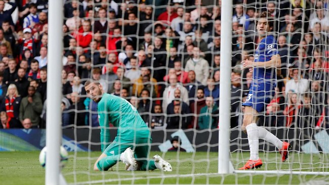 Tembakan jarak jauh kembali menjadi titik lemah yang dipertunjukkan David de Gea ketika Manchester United menghadapi Chelsea. Tembakan Antonio Ruediger gagal diamankan dengan baik sehingga Marcos Alonso dapat melepas tembakan jarak dekat. (REUTERS/Phil Noble)