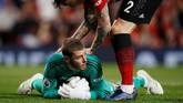 Sebelum kebobolan dua kali ketika menjamu Manchester City, David de Gea sempat melakukan penyelamatan. (REUTERS/Phil Noble)