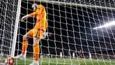 David De Gea mengambil bola dari gawangnya setelah dibobol Lionel Messi. Dalam leg kedua perempat Liga Champions itu, gawang Man United kebobolan tiga kali. (REUTERS/Sergio Perez)