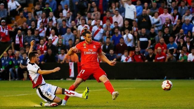 Tanpa kehadiran Karim Benzema, Gareth Bale diandakan Real Madrid untuk menggedor pertahanan Rayo Vallecano. (REUTERS/Javier Barbancho)