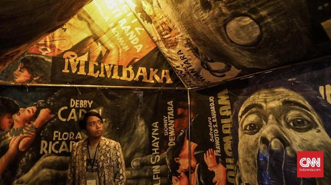 Dalam karya-karya I Nyoman Masriadi, S. Teddy D., Agus Suwage dan Tisna Sanjaya, teks dan visual populer muncul dalam gaya satir yang mengandung komentar kritis seputar peristiwa dan fenomena sosial. (CNN Indonesia/Agniya Khoiri)