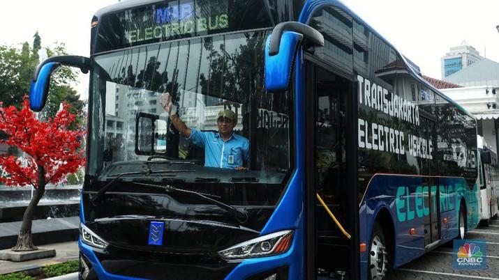 PT Transportasi Jakarta (TransJakarta) mengenalkan tiga unit bus bertenaga listrik.
