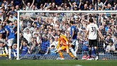 Ketika menghadapi Everton, David de Gea terperangah usai bola tendangan Lucas Digne membobol gawangnya. (REUTERS/Andrew Yates)