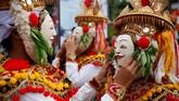 Mereka merayakannya dengan mementaskan Tali Telek secara massal di Klungkung. Masing-masing penari mengenakan topeng sebelum pentas. (REUTERS/Johannes Christo)