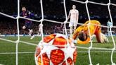 David de Gea gagal mengamankan bola yang dilepaskan Lionel Messi dan menjadi gol kedua Barcelona. Bola masuk dalam jangkauan De Gea namun lolos dari tangkapan kiper asal Spanyol itu. (REUTERS/Sergio Perez)