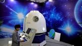 China baru saja merayakan Hari Antariksa China pada 24 April lalu. Peringatan ini ditandai dengan pameran inovasi teknologi ruang angkasa. Salah satunya kacamata realitas virtual. (REUTERS/Aly Song)