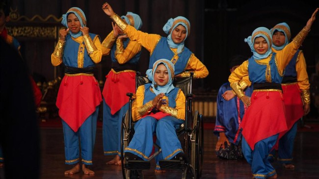 Hari Tari Dunia diperingati hari ini, Senin (29/4). Seperti tahun-tahun sebelumnya Jawa Tengah punya Solo 24 Jam menari. Salah satu kelompok yang membawakan tarian adalah Siswa Sekolah Luar Biasa (SLB) se-Karesidenan Surakarta, yang mementaskan 'Kami Tak Berbeda.' (ANTARA FOTO/Maulana Surya)