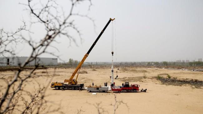 Para ilmuwan bersiap untuk melakukan peluncuran uji roket LinkSpace yang dapat digunakan kembali. Uji coba ini dilakukan di dekat lokasi pengembangan Longkou, Shangdong, China.(REUTERS/Jason Lee)