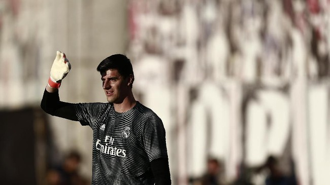 Thibaut Courtois kembali dipercaya untuk turun bermain oleh Zinedine Zidane pada laga lawan Rayo Vallecano. (Benjamin CREMEL / AFP)
