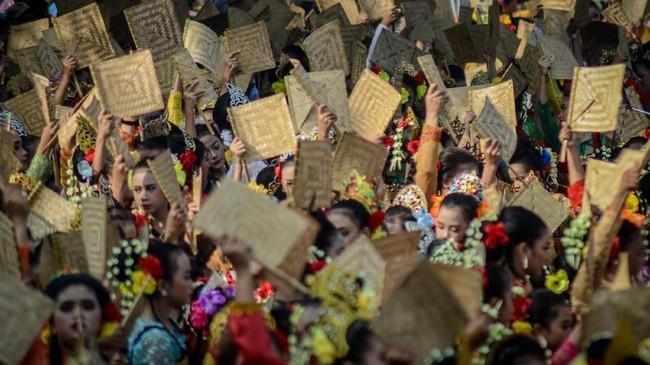 Terlihat ribuan kipas dikibaskan serentak oleh para penari yang berasal dari 18 kota dan kabupaten di Jawa Barat, Minggu (28/4). ANTARA FOTO/Raisan Al Farisi)
