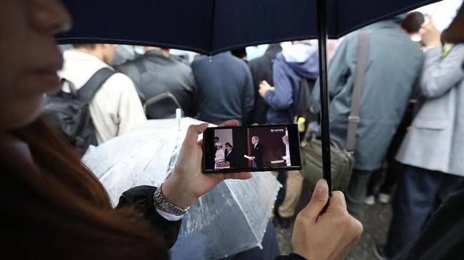 Upacara turun takhta kekaisaran Jepang terjadi saat Tokyo diguyur hujan. (AP Photo/Eugene Hoshiko)