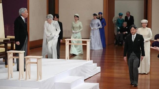 Upacara turun takhta ini dihadiri oleh Istri Akihito, Permaisuri Michiko, Putri Mahkota Masako hingga Perdana Menteri Shinzo Abe dan sejumlah pejabat Jepang. (Japan Pool/Pool via REUTERS)
