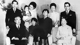 Keluarga Istana mengambil foto bersama pada tahun baru 1 Januari 1971 dari kiri Putera Mahkota Akihito dan Puteri Michiko saat menggendong puteri mereka Puteri Nori. (PANA PHOTO / AFP)