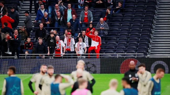 Ajax Amsterdam yang dijuluki 'Tim Pembunuh Raksasa' di Liga Champions musim ini mendapat dukungan suporter saat menjalani latihan terakhir jelang lawan Tottenham Hotspur. (Reuters/Andrew Couldridge)