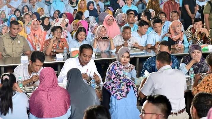 Intip Momen Saat Jokowi Makan Bareng Buruh Pabrik Sepatu