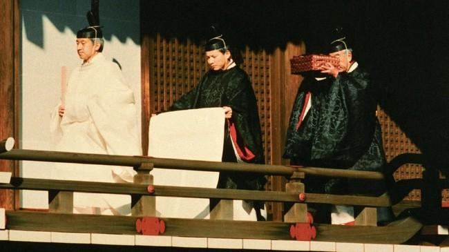Akihito tengah berjalan didepan para pendeta untuk melaksanakan upacara penobatan naik tahta Krisan Jepang pada 12 November 1990 (Imperial Household Agency of Japan/Handout via Reuters)