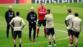 Ajax Amsterdam menjalani latihan terakhir jelang melawan Tottenham Hotspur dengan menjajal lapangan Stadion Tottenham Hotspur yang menjadi venue pertandingan. (Reuters/Andrew Couldridge)