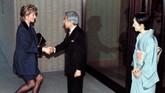 Puteri Diana berkunjung ke Jepang disambut oleh Kaisar Akihito dan Puteri Michiko dalam balutan busana tradisonal kimono untuk upacara minum teh di Kerajaan pada 8 Februari 1995 (REUTERS/Stringer)