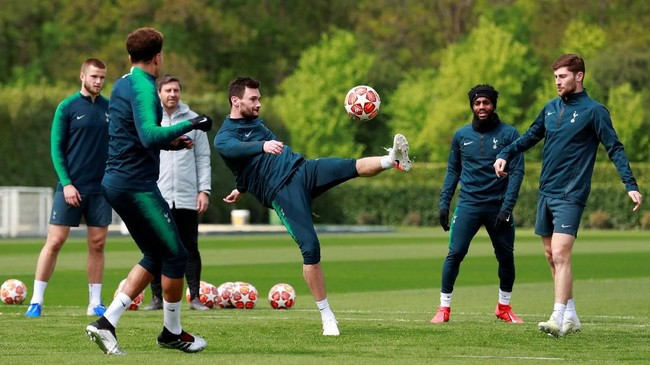 Kapten Tottenham Hotspur Hugo Lloris menendang bola saat menjalani latihan terakhir jelang melawan Ajax Amsterdam. (Reuters/Andrew Couldridge)