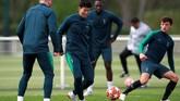 Penyerang Son Heung-min tetap menjalani latihan Tottenham Hotspur meski dipastikan absen saat melawan Ajax Amsterdam karena akumulasi kartu kuning. (Reuters/Andrew Couldridge)