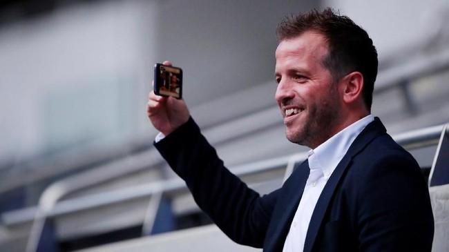 Mantan pemain Ajax Amsterdam sekaligus Tottenham Hotspur asal Belanda, Rafael van der Vaart, menyaksikan langsung latihan terakhir Godenzonen. (Reuters/Andrew Couldridge)