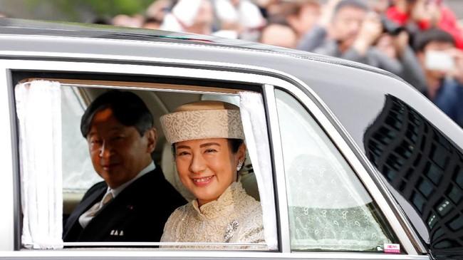 Putra Mahkota Naruhito bersama istrinya, Putri Masako. Naruhito akan menjalani upacara naik takhta menggantikan ayahnya besok. (REUTERS/Kim Kyung-Hoon)