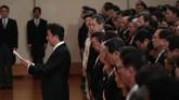 Perdana Menteri Shinzo Abe menyampaikan ucapan terima kasih dan rasa cinta rakyat Jepang terhadap pengabdian Akihito dan Permaisuri Michiko. (Japan Pool/Pool via REUTERS)