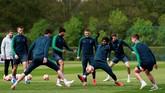 Para pemain Tottenham Hotspur menjalani latihan terakhir jelang lawan Ajax Amsterdam di Tottenham Hotspur Training Centre, London, Senin (29/4). (Reuters/Andrew Couldridge)