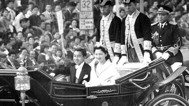 Upacara penobatan Akihito sebagai Putera Mahkota Jepang di Istana Jepang pada 10 November 1952 (Imperial Household Agency of Japan/Handout via Reuters)