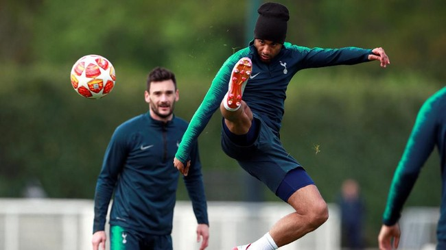 Lucas Moura menendang bola. Penyerang asal Brasil itu akan menjadi andalan lini depan Tottenham Hotspur lawan Ajax Amsterdam setelah Harry Kane dan Son Heung-min absen. (Reuters/Andrew Couldridge)