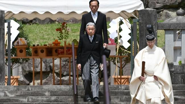 Akihito mengunjungi makam ayahnya, Kaisar Hirohito di makam keluarga kerajaan Musashino di Hachioji, Tokyo Barat, 23 April lalu(Kazuhiro NOGI / AFP)