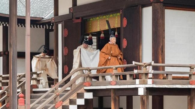 Kaisar Jepang, Akihito (85) resmi turun takhta setelah tiga dekade memimpin pada Selasa (30/4). Dia terlebih dulu berdoa kepada Dewa Matahari di ruang penyembahan di istana. (Imperial Household Agency of Japan/Handout via Reuters)
