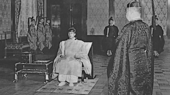 Putera Mahkota Akihito dan Michiko saat melahirkan putera pertama mereka Naruhito setelah perjalanan mereka ke India, Iran, Ethipia, dan Nepal selama sebulan di Istana Togu, Tokyo (JIJI PRESS / AFP)