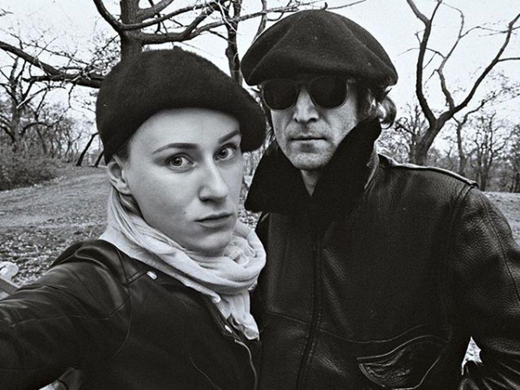 Selfie di taman bersama John Lennon.Dok. Instagram/floraborsiofficial