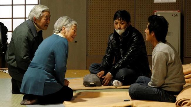 Kaisar Akihito dan Permaisuri Michiko berbincang kepada korban gempa bumi dan tsunami di Tokyo Budohkan, 30 April 2011 (REUTERS/Issei Kato)