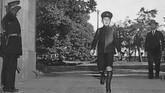 Kaisar Akihito saat pergi bersekolah di Gakushin di Tokyo, pada Desember 1945 (Kyodo/via REUTERS)