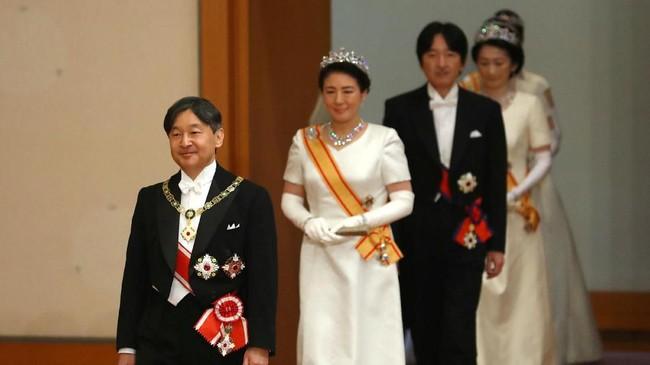 Kaisar berusia 59 tahun itu juga mengatakan dia akan mengikuti jejak sang ayah yang dinilai berhasil membawa monarki tertua di dunia itu lebih dekat dengan rakyat. (Japan Pool/Pool via REUTERS)
