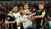 Matthijs de Ligt dan kawan-kawan mendapat serbuan dari Tottenham Hotspur di babak kedua. Namun mereka berhasil bertahan dengan baik. (REUTERS/Dylan Martinez)