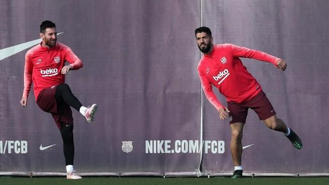 Dua pemain andalan Barcelona Lionel Messi dan Luis Suarez menjalani pemanasan saat sesi latihan terakhir jelang melawan Liverpool. (REUTERS/Albert Gea)