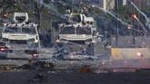Pasukan pendukung oposisi juga menembakkan kembang api kepada kendaraan tentara nasional Bolivarian dalam usaha mereka mengudeta Presiden Maduro (AP Photo/Ariana Cubillos)