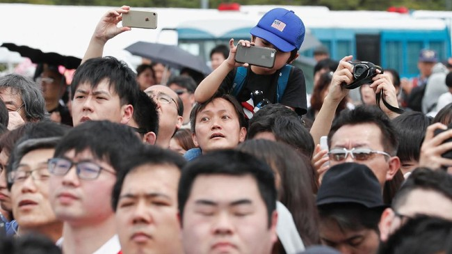 Masyarakat Jepang antusias melihat penerus monarki tertua di dunia tersebut. Dengan pengangkatan Naruhito, Jepang resmi memasuki era baru yang disebut Reiwa bermakna Harmoni. (REUTERS/Kim Kyung-Hoon)