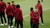 Skuat Liverpool menjalani persiapan terakhir jelang melawan Barcelona dengan memantau Stadion Camp Nou yang menjadi venue pertandingan. (Reuters/John Sibley)