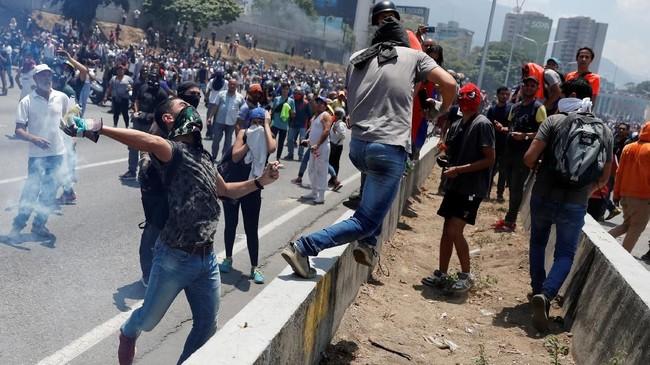 Kemlu Venezuela menyebut sebanyak 30 ribu dari total 200 ribu tentara Venezuela mendukung Guaido (REUTERS/Carlos Garcia Rawlins)