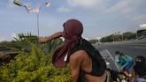 Seorang pendukung oposisi melemparkan bom molotov saat kerusuhan terjadi (Photo by Matias DELACROIX / AFP)