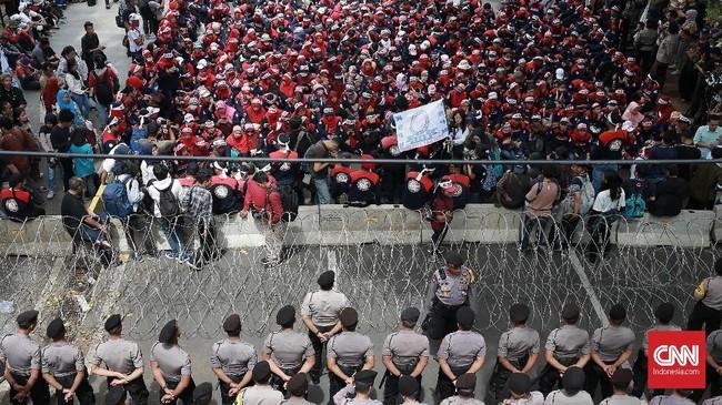 Pemerintah juga diminta mengantisipasi dampak revolusi industri 4.0 dan membatalkan otomatisasi gardu tol karena mengakibatkan puluhan ribu buruh ter-PHK (CNN Indonesia/Andry Novelino)